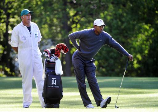 Woods practices quietly; fans fawn over Mickelson